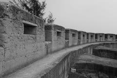被猛撞的地球墙壁黑白图象 免版税库存照片