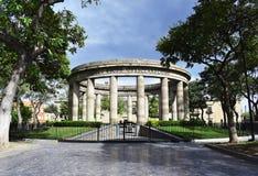 被环绕的纪念碑 免版税库存图片