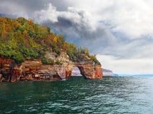 被生动描述的岩石曲拱 免版税库存图片