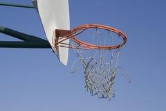 被用完的篮球净额 库存照片