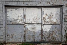 被用完的门停车库灰色老 免版税库存图片