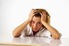 被用尽的和疲倦的女商人画象在办公室De 库存照片