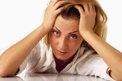 被用尽的和疲倦的女商人画象在办公室De 免版税库存照片
