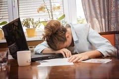 被用尽的女实业家睡着了 库存照片