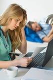 被用尽的女性医生工作 库存图片