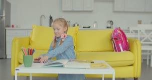 被用尽的小的学生疲乏对在家学习 股票录像