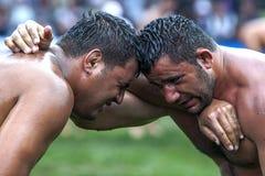 被用尽的摔跤手互相面对在凯梅尔土耳其石油搏斗的节日在凯梅尔在土耳其 库存照片