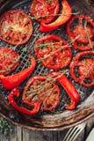 被用烤箱烘的蕃茄用麝香草 免版税库存照片