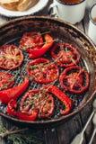 被用烤箱烘的蕃茄用麝香草 库存照片