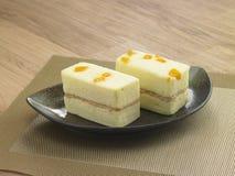 被盐溶的风日本式长方形蛋糕卵黄质 库存图片