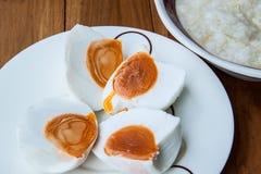 被盐溶的鸡蛋 图库摄影