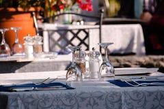 被盖的桌外面在一个大阳台在餐馆 免版税图库摄影