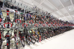被盖的自行车车库 免版税库存照片