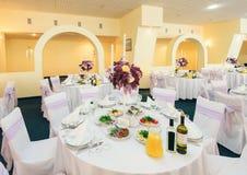 被盖的宴会桌在婚礼餐馆 库存照片