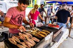 被盘问的鱼三明治卖主 库存照片