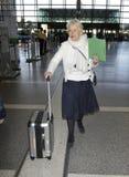 被看见的女演员机场海伦贵妇人松驰mi 免版税图库摄影