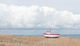 被看见的新的渔船岸上 库存照片