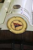被看见的浸入在一辆经典汽车的肢和在汽车标记-锡的徽章 库存图片