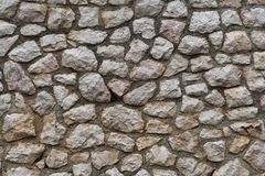 被砍成的自然石头墙壁  库存照片