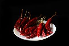 被研的辣椒粉,搽粉的红辣椒,在黑背景隔绝的干辣椒 库存照片