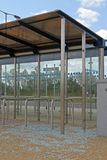被破坏的公共汽车站 免版税库存图片