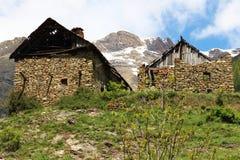 被破坏的房子在法国Hautes的Alpes小的小村庄Dormillouse 免版税库存图片