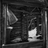 被破坏的木议院 房子老废墟 木房子在村庄 废墟在村庄 库存照片