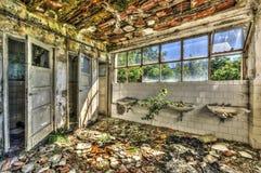 被破坏的洗手间在一个被放弃的收容所里 免版税库存图片