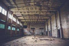 被破坏的砖工厂的,蠕动的内部,透视被放弃的工业仓库 免版税库存照片