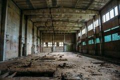 被破坏的砖工厂的,蠕动的内部,透视被放弃的工业仓库 免版税库存图片