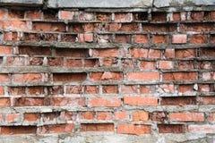 被破坏的红砖墙壁作为创造性的背景 免版税图库摄影