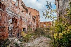 被破坏的红砖工厂厂房 被放弃的和被毁坏的糖工厂在Novopokrovka,坦波夫地区 免版税库存照片