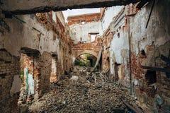 被破坏的红砖工厂厂房 被放弃的和被毁坏的糖工厂在Novopokrovka,坦波夫地区 库存照片