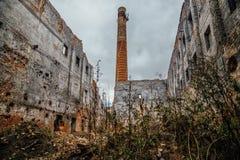 被破坏的红砖工厂厂房 被放弃的和被毁坏的糖工厂在Novopokrovka,坦波夫地区 图库摄影