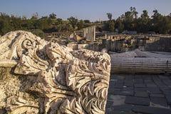 被破坏的罗马寺庙古老柱子在拜特Shean Scythopoli 免版税库存图片