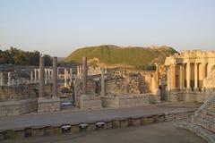 被破坏的罗马寺庙古老柱子在Beit Shean (Scythopoli 免版税库存照片