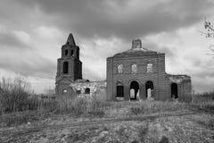被破坏的老教会在奥廖尔州地区在Dolzhansky区 免版税库存图片
