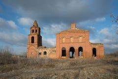被破坏的老教会在奥廖尔州地区在Dolzhansky区 库存图片