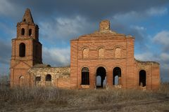 被破坏的老教会在奥廖尔州地区在Dolzhansky区 库存照片