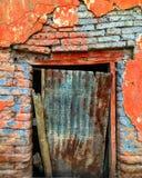 被破坏的老门 库存照片