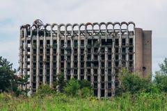 被破坏的长满的体育疗养院,战争的后果在阿布哈兹 免版税库存照片
