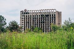 被破坏的长满的体育疗养院,战争的后果在阿布哈兹 免版税图库摄影