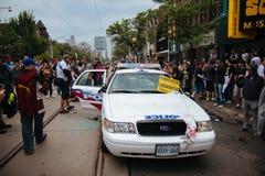被砸的警车 免版税库存图片