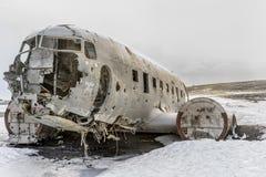 被碰撞的海军DC-3在冰岛 免版税库存照片