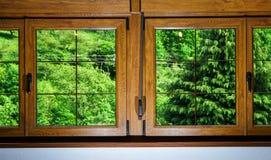 被碾压的PVC窗口在villagr房子里 库存图片
