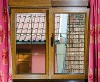 被碾压的PVC窗口在villagr房子里 免版税库存照片