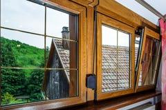被碾压的PVC窗口在villagr房子里 库存照片
