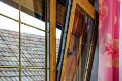 被碾压的PVC窗口在villagr房子里 免版税库存图片