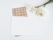 被称呼的储蓄照片 与毛茛和黄水仙花的女性数字式产品大模型和纸空白的名单 空白 库存照片