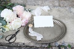 被称呼的储蓄照片 与葡萄酒银盘子,老剪刀和丝绸丝带的女性婚礼静物画构成 免版税库存照片